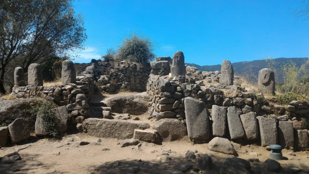 Alignement de menhirs sur le site préhistorique de Filitosa en Corse du Sud